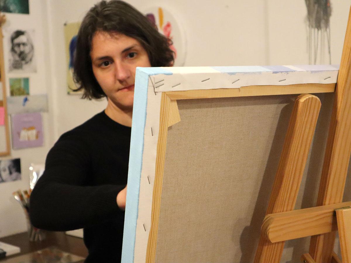 Ana Patitú pintando